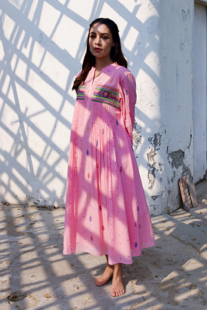 Pink embroidery pleats dress