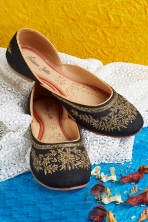 Black Blend-Hand Embroidered Black Juttis