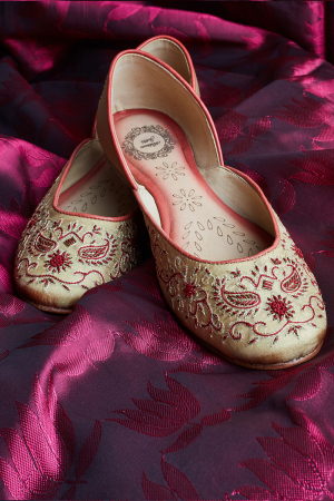 Cream Composition- Hand Embroidered Cream Juttis