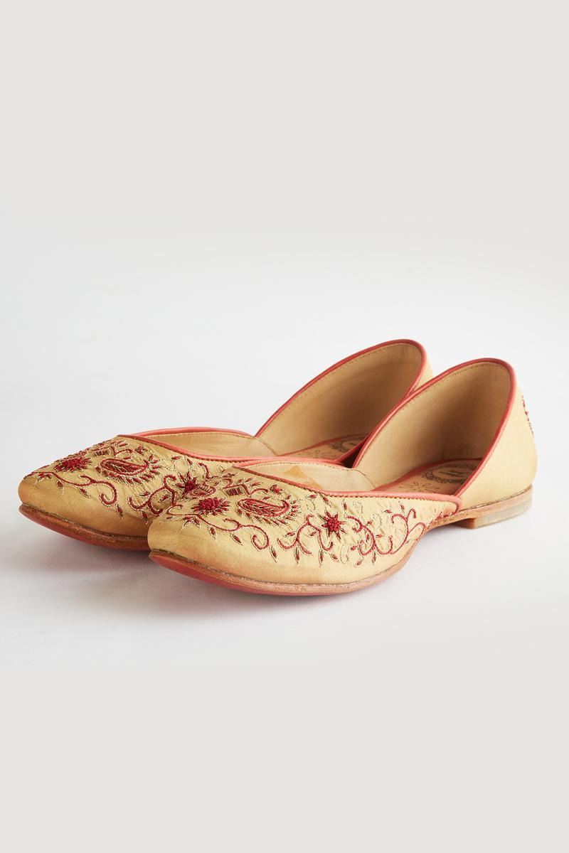 Cream Composition- Hand Embroidered Cream Juttis